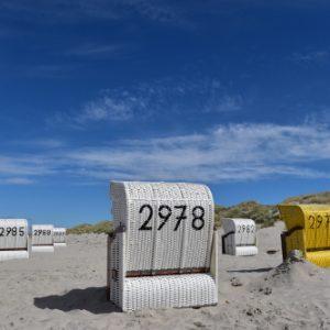 Strandkörbe am sonnigen Strand von Juist